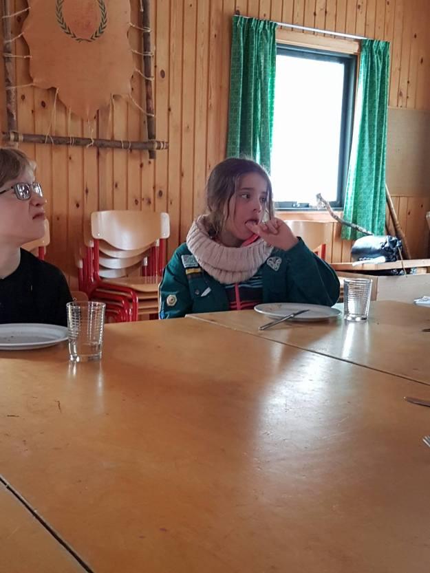 lederens linse fanger Markus og Freya tålmodigt ventende på frokost