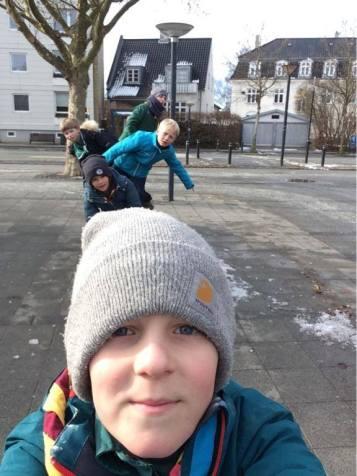 Adam svinger kameraet på patruljens selfie løb