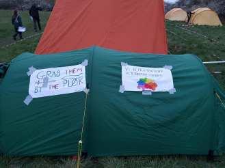 Seniorenes telt, med både hentydninger til et kendt amerikansk hamster og korpsets latterlige arbejdsprogram