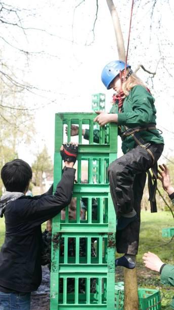 Det er nemmere at bygge et højt tårn, når man har en menneskelig kran.